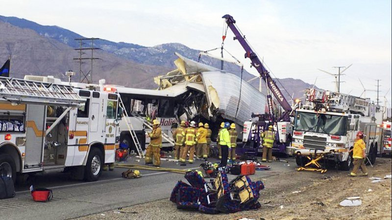 Un accident de bus de tourisme fait treize morts en Californie.